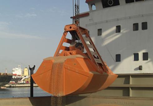 Ковш 4 куб.м. Разгрузка танкера.